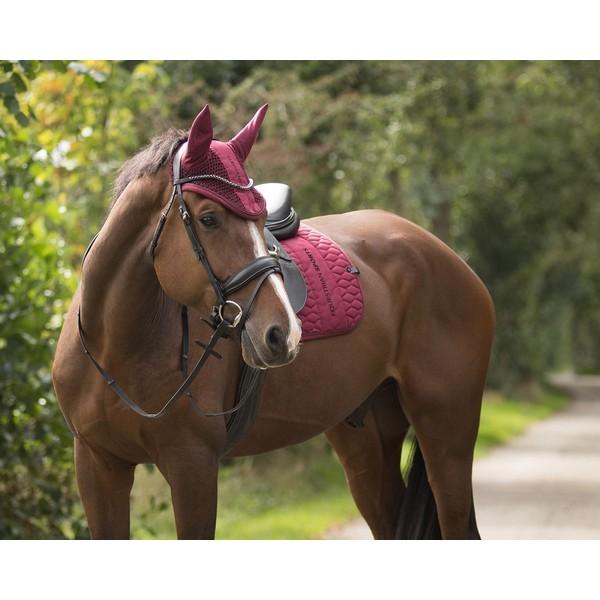 """Dublinin korvahuppu, QHP Todella kaunis Dublinin korvahuppu jossa on kauniit yksityiskohdat. Korvahupun etuosassa on """"Equestrian sports"""" kirjailu"""